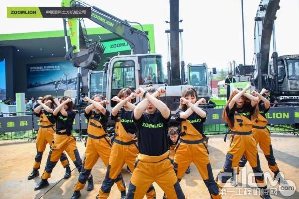 土方机械展区,最IN人机互动舞蹈