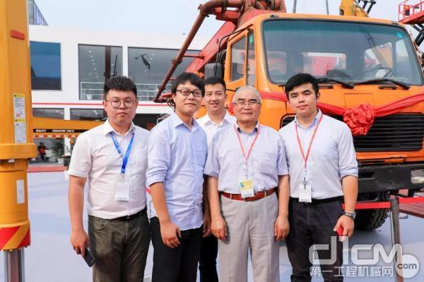 张云峰与工作人员泵车前合影