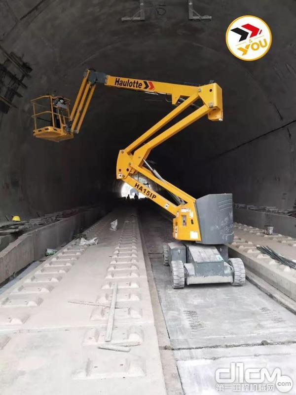 电动曲臂高空作业平台在昌赣线高铁隧道内进行维护作业