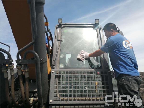 徐工挖机服务人员为客户清理设备