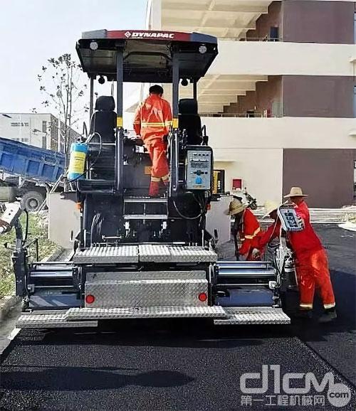 图为戴纳派克F1800C在马鞍山幼儿师范学校新校区校园路沥青道路铺设