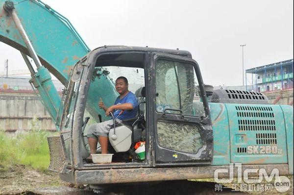 用户驾驶神钢挖掘机