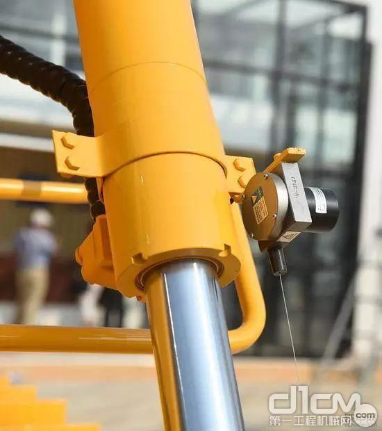某厂家直接在油缸上装拉线式的传感器