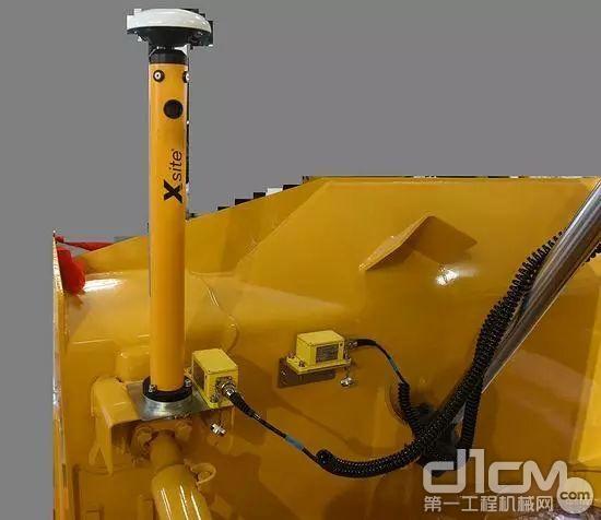 其实推土机上直接把传感器装到铲刀上的做法更常见
