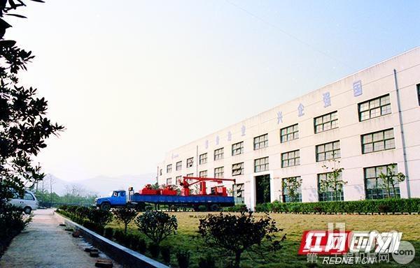 1999年,长沙山河工程机械有限公司观沙岭厂房第一台小型压桩机出厂