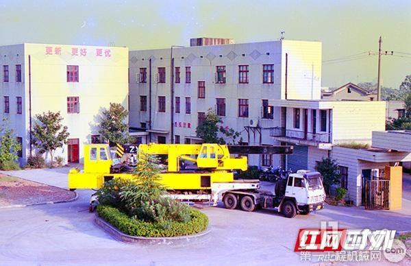 1999年,长沙山河工程机械有限公司首台静力压桩机出厂