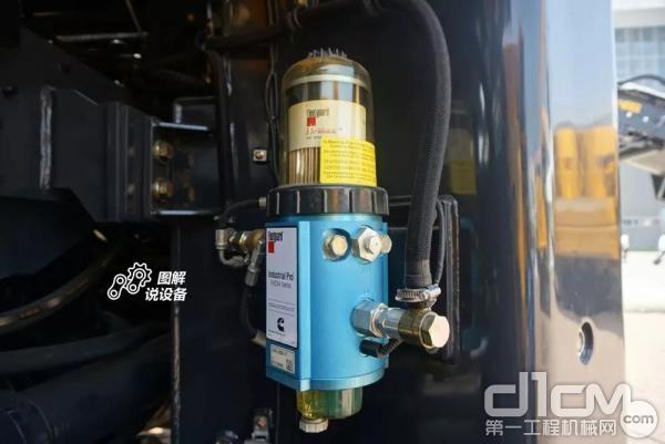 油水分离器设置在整机左侧铰接处