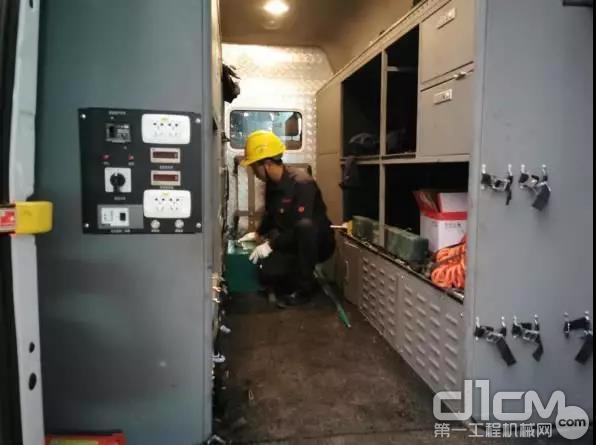 工程师向卫杰为服务检测车装车