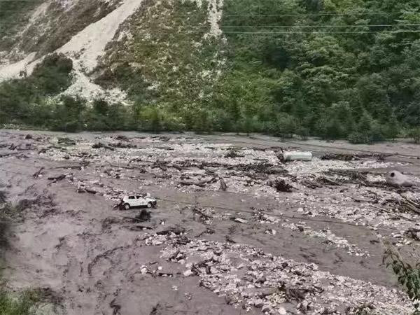 一辆吉普车陷在泥石流中,四周是大量的泥水
