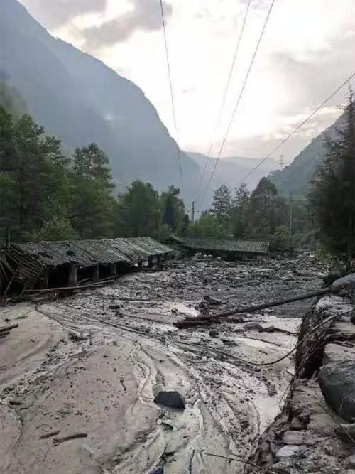 在下山的路上用手机拍摄下的乡村被损毁场景,泥石流已经完全淹没了房屋