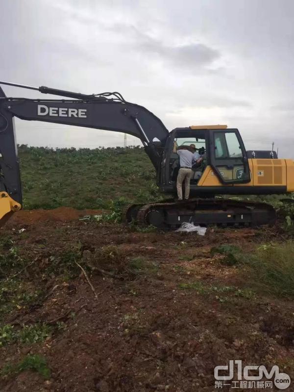 客户驾驶约翰迪尔挖掘机