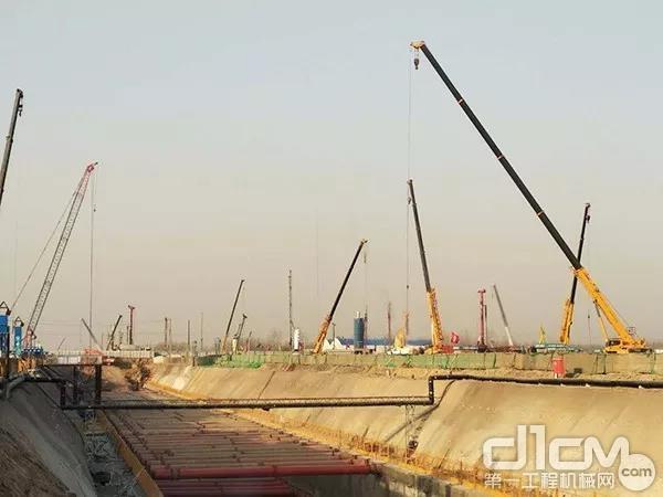 200台徐工起重机的身影高高矗立,负责地基钢架吊装、整体钢结构吊装以及地下管道的铺设