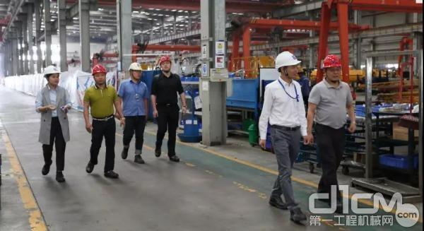 李宏宝秘书长一行到安徽柳工起重机制造工厂参观