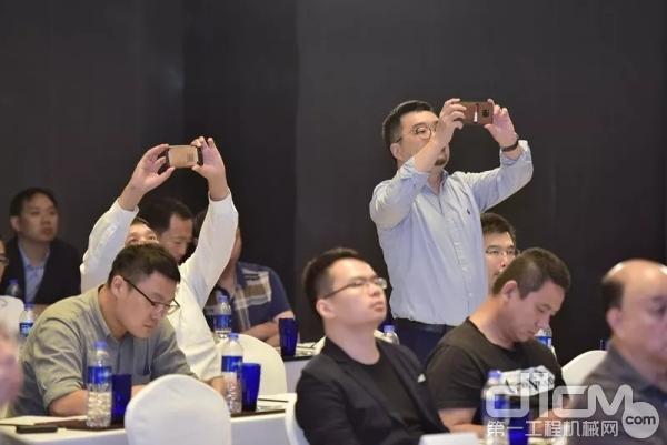 现场来宾对于分享内容兴趣浓厚,频频举起手机拍照