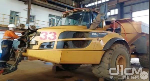 VOLVO维保人员检修车辆