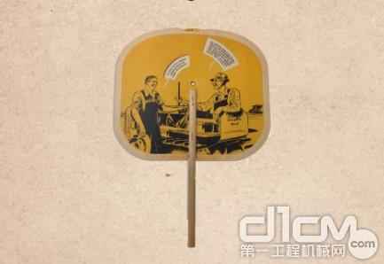 1940年,卡特彼勒在扇子上画上了关于卡家柴油动力设备的对话