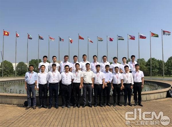 学员在宁乡三一起重机产业园合影留念