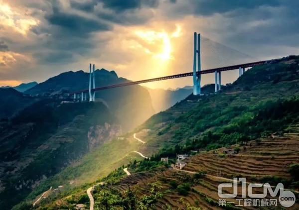 由贵州、云南两省合作共建的世界第一高桥——杭瑞高速贵州省毕节至都格(黔滇界)高速公路北盘江大桥。