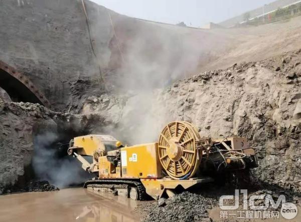 在大柱山隧道项目施工中的徐工XTR悬臂式隧道掘进机出色地完成施工任务,并大大缩短了工期