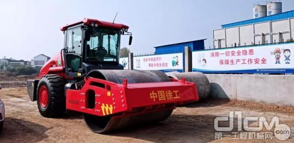 中国红尊贵限量版压路机XS265JS