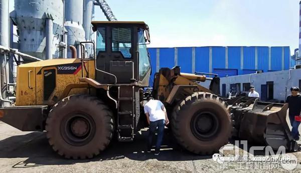 厦工N系装载机正在厂区工作