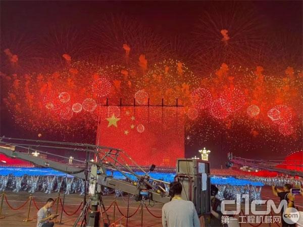 10月1日晚上8时8分,北京天安门广场,迎风升起一面90m × 60m的巨幅国旗