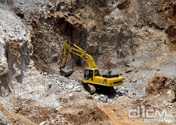 小松挖掘机在矿山施工