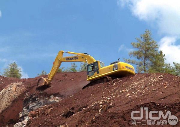 小松挖掘机在山上施工