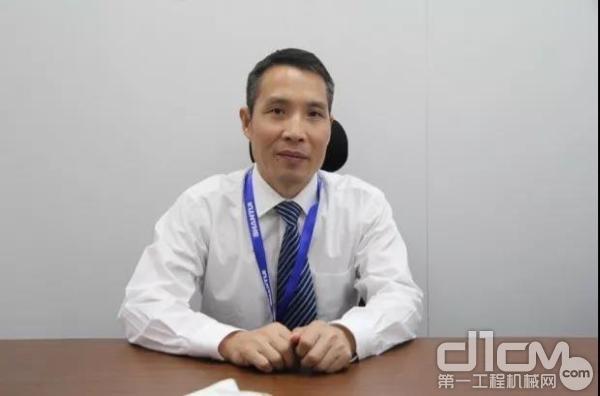 山推建友副总经理庞增领在展会现场接受采访