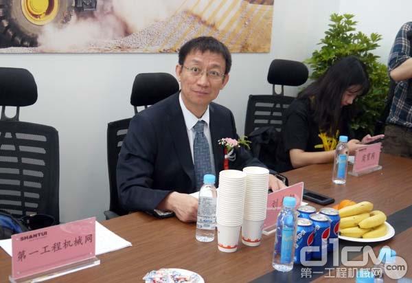 山推股份副总经理刘春朝接受第一工程机械网记者采访
