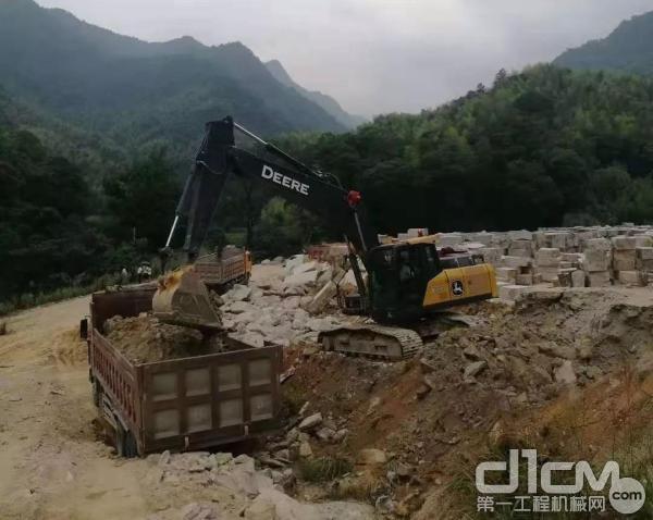 约翰迪尔挖掘机挖土装车