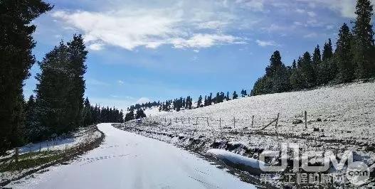 被雪覆盖的山路