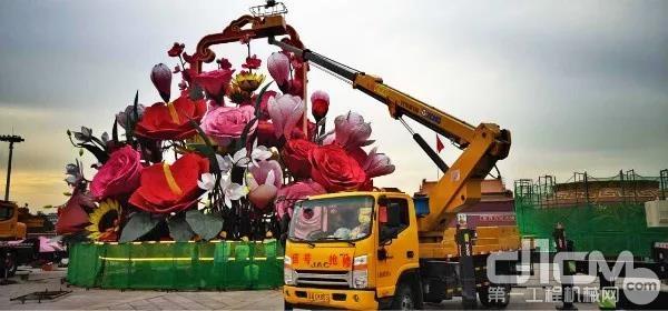 2018年国庆节前,徐工高空车圆满完成天安门前巨型花篮的搭建工作