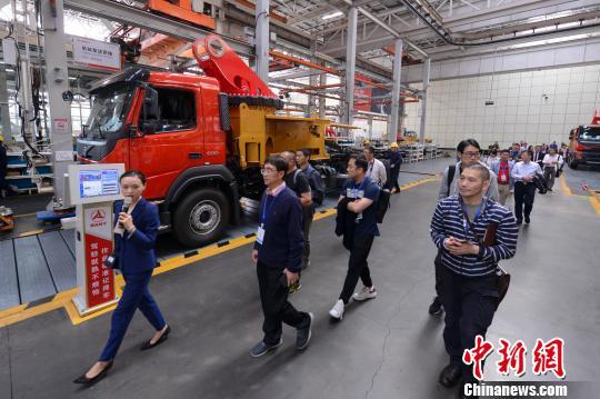 海外华文媒体高层参观厂房