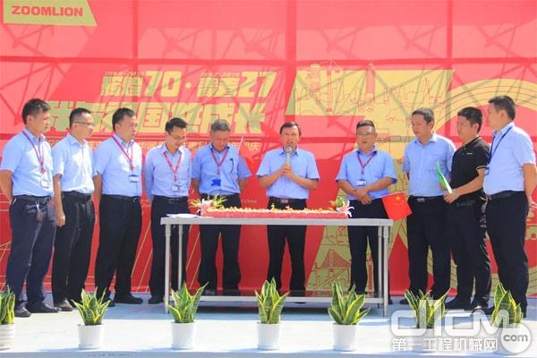 中联重科搅拌车事业部总经理欧阳文志与全体员工共同分享生日蛋糕