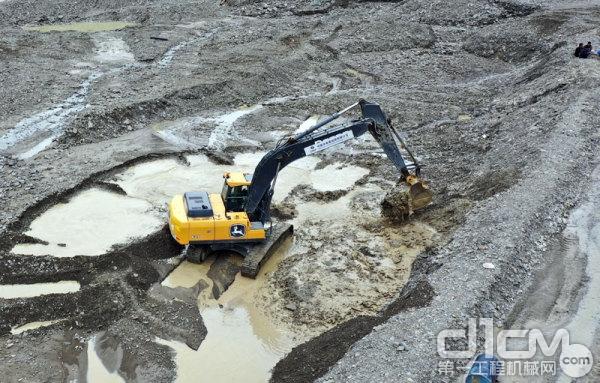 约翰迪尔挖掘机在西藏山南市扎囊县建造水库项目中施工