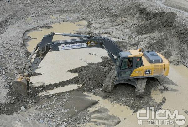 约翰迪尔挖掘机在施工