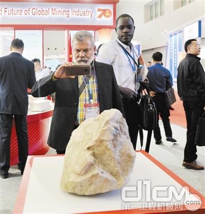 参会嘉宾对黑钨矿矿石产生浓厚兴趣