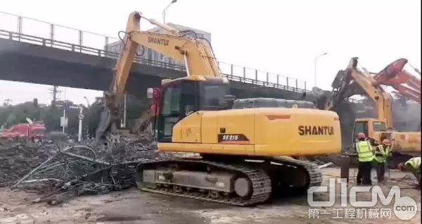 山推挖掘机救援作业