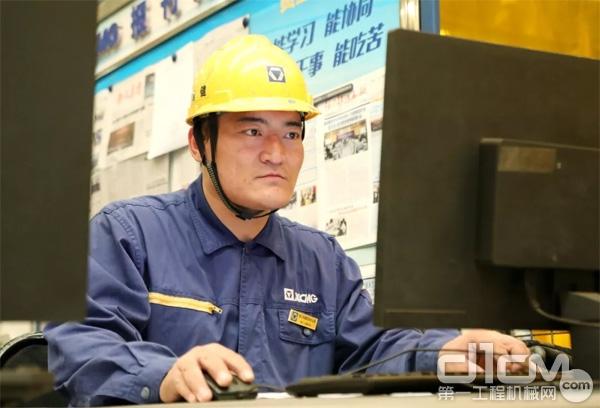 徐工<a href=http://product.d1cm.com/chanyunji/ target=_blank>铲运机</a>械事业部结构一分厂焊接机器人操作工苗健