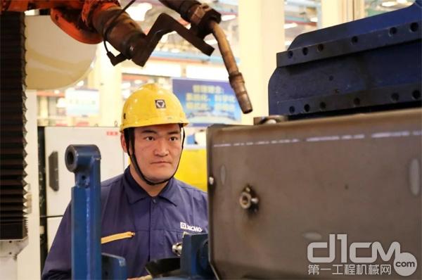 苗健正在进行焊接作业