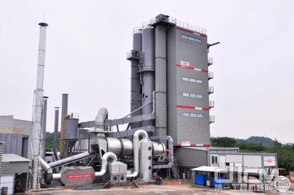 2014年,中交西筑推出第一台环保智能型沥青搅拌设备