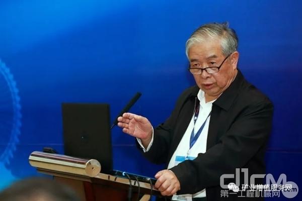 """中国工程院蔡美峰院士向与会者分享《矿产资源绿色智能可持续开发与""""智慧矿山""""建设创新研究》"""
