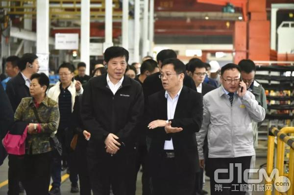 代表团参观生产车间