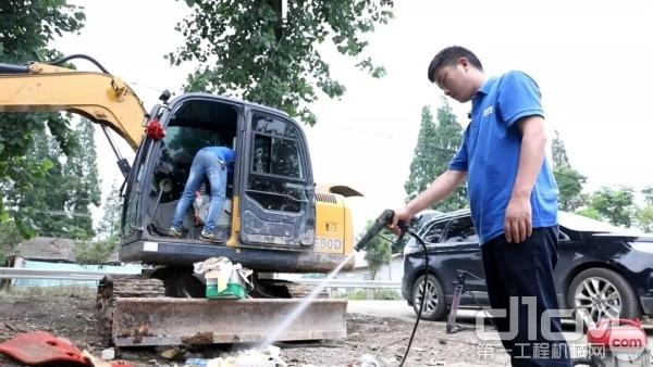 徐工服务工程师为用户清洗设备