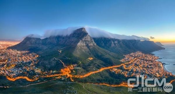 柳工设备驰骋南非矿区