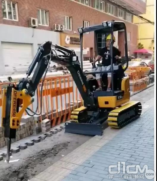 搭配液压破碎器的E18ZS挖掘机