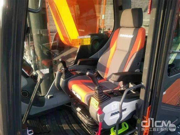 斗山DX490LC-9C挖掘机驾驶室拍图