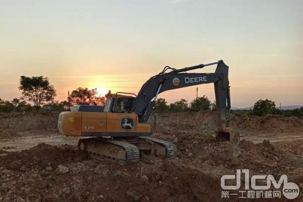 约翰迪尔E210挖掘机施工