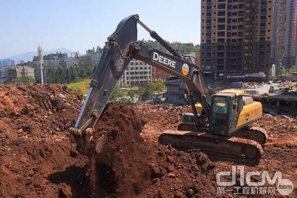 约翰迪尔E360挖掘机施工